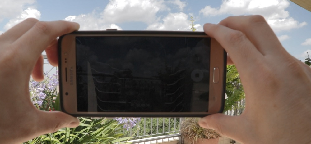 איך מצלמים סרטון בטלפון – 8 טיפים לצילום משפחתי שנראה מקצועי